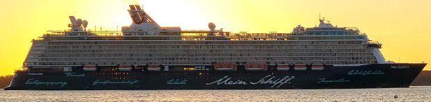 Mein Schiff 4 im Sonnenuntergang vor Laboe